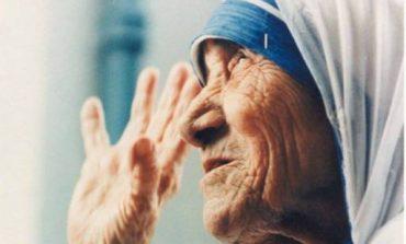 """11 vjet më parë; Nënë Tereza u vendos zyrtarisht te """"te pavdekshit"""" e Krushtërimit"""