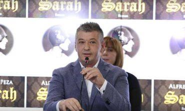 """E RRALLE/ Një gazetare me emrin """"Sarah"""" interviston Alfred Pezën për romanin """"Sarah""""/ VIDEO"""