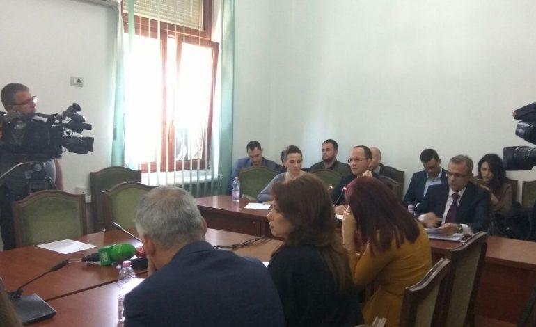 Degjeneron mbledhja e Komisionit të Integrimit, Pollo, Bushatit: o rrugaç! Ministri: Ik mor Salikuq!