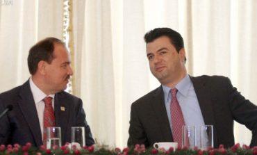 Foto/ Ish- presidenti Nishani shfaqet ne krah të Bashës