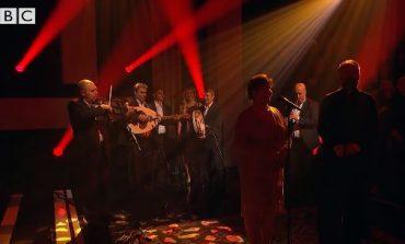 Mahniten anglezët, grupi shqiptar interpreton këngën shqipe 'Tana' në BBC/Video