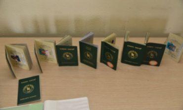Greqi/ Goditet rrjeti i falsifikimit të pasaportave të BE, mes tyre 6 shqiptarë