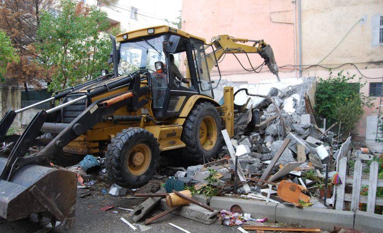 Foto/ Bashkia e Tiranës liron hapësirat e zëna nga ndërtimet pa leje