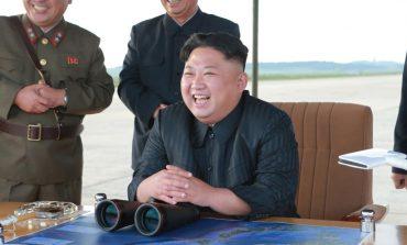 """VIDEO/ """"Kim Jong-un"""" shkon të pengojë lojën e hokejti në Korenë e Jugut. Sigurimi e nxjerr me forcë jashtë"""