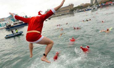 FOTO/ Si u festuan KRISHTLINDJET në mbarë botën. Nga zhytjet në liqen tek...