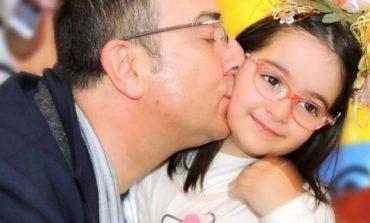 FOTO/ Arditi këndon pas shumë kohësh me vajzën e tij Anën, e gjithë salla ngrihet në këmbë