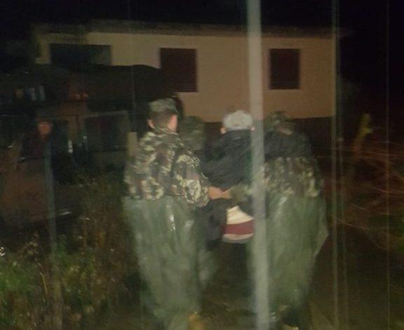 foto fa evakuojn 6 persona n fshatin cerven novosel familja me probleme sh ndet sore. Black Bedroom Furniture Sets. Home Design Ideas