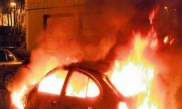 Korçë/ Merr flakë makina në lëvizje, policia jep dyshimet e para (FOTO)