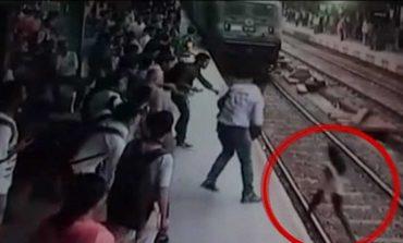 VIDEOJA TRONDITËSE/ 25-vjeçaren e shtyjnë në shina, e shtyp treni (Pamje të rënda)