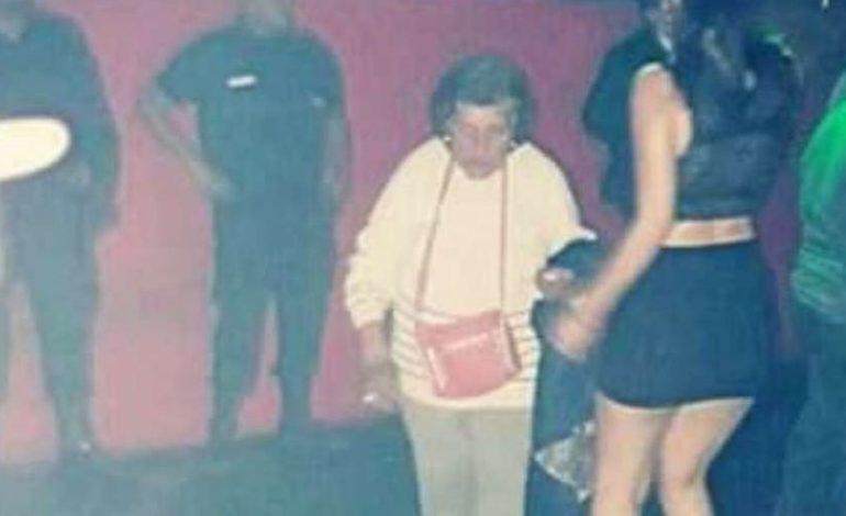 Futet në diskotekë të kërkojë mbesën, gjyshja e fëlliq keq fare: Hajde në shtëpi se …