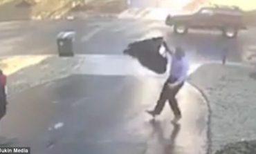 VIDEO/ Siç po ecte në rrugë burri rrëshket dhe rrëzohet në formë të tmerrshme