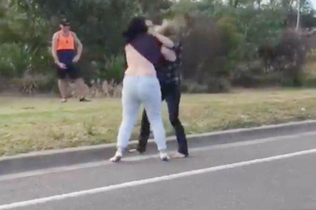 VIDEO-SHERR MES FEMRAVE/ Ndani vajzat se i lanë flokët në tokë