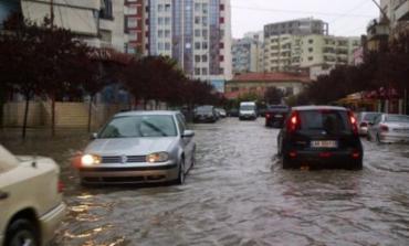 RESHJET E SHIUT/ Përmbytet Durrësi, rrjeti i kanalizimeve del jashtë funksionit (FOTO)