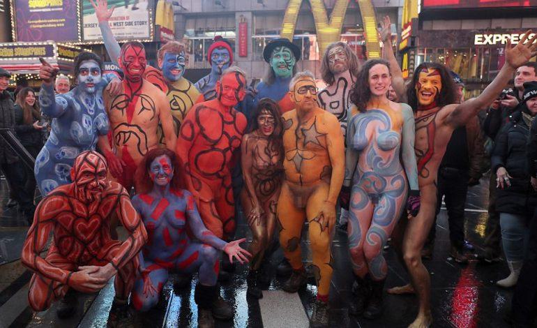 FOTO/ Në emër të artit: Sfidojnë të ftohtin, femra e meshkuj zhvishen nudo në mes të Nju Jorkut