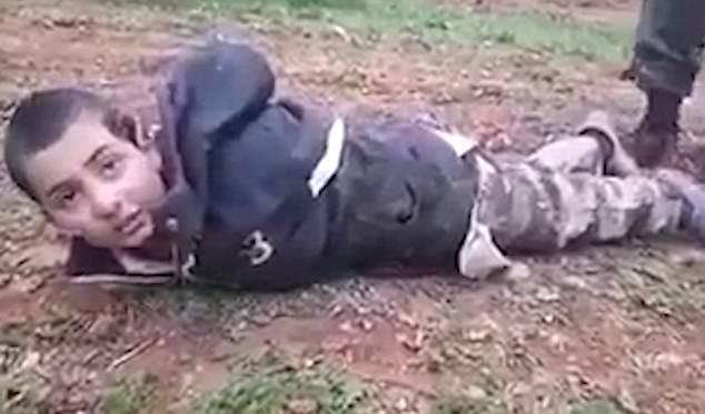"""PAMJE TË RËNDA/ """"A do të më QËLLONI?"""", i mituri i LIDHUR nën mëshirën e ushtarëve të ISIS (VIDEO)"""