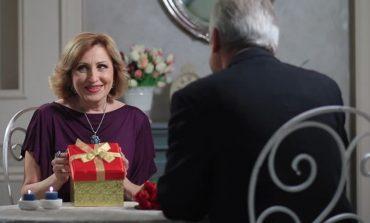 Historia prekëse/ Burri i dhuron gruas së tij të sëmurë të njëjtën kuti çokollatash prej 39 vitesh edhe pse ajo nuk e njeh