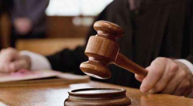 Gjykata vendos dënimin për të pandehurin, të dënuarit i bie të fikët në sallë, kur mëson se sa  kishte…