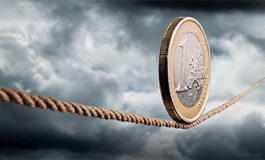Euro arrin nivelin më të ulët që nga qershori. Ekspertët: Përdorimi i saj do vijë në ulje