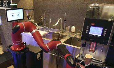 Japoni, tani në lokal kafeja përgatitet nga roboti