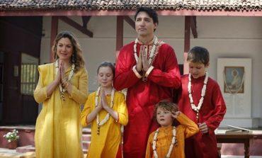 """VIDEO: Kryeministri kanadez kërcen """"bhangra"""" gjatë vizitës së tij në Indi"""