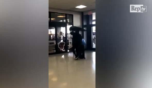 SHBA/ Kërkon të hipë në avion me një pallua në kokë, ndalohet gruaja në aeroport (VIDEO)