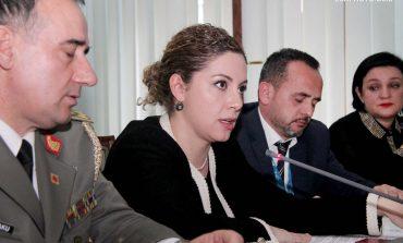 Çështja Meçollari/ Akuzat e opozitës degradojnë tek vjedhja e një batanijeje