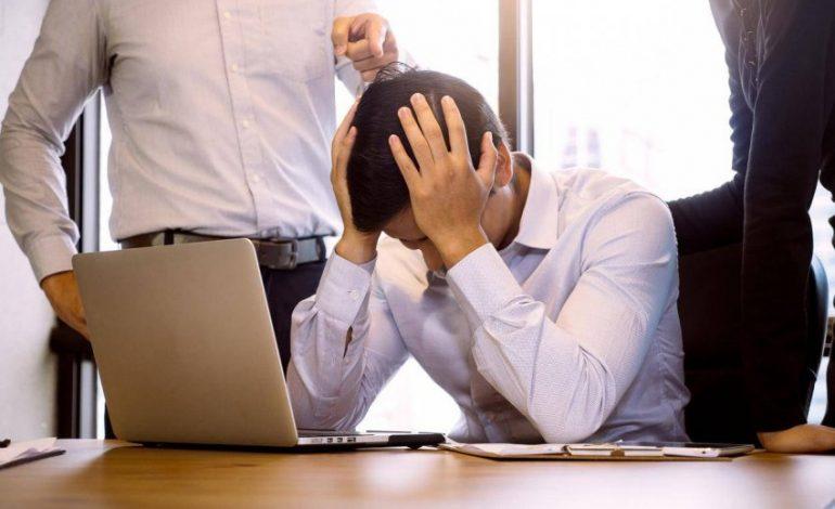 Çfarë të bëni që të mos ju ngacmojnë në punë