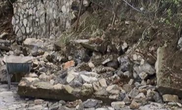 Rrëshqet toka në Lezhë, shembet muri mbrojtës i kalasë (VIDEO)