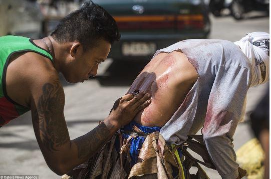 Rituali i katolikëve filipinas, për Pashkë rrahin veten deri për përgjakje (FOTO+16)