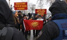 PROTESTË/ Greqia kërkon ndryshimin e Kushtetutës së Maqedonisë për...