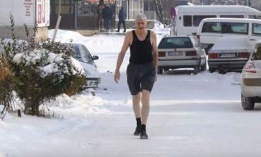 """Është 75 vjeç dhe shëtitet në borë me pantallona të shkurtra, ai tregon se si e """"mundi"""" të ftohtin përgjithmonë!"""