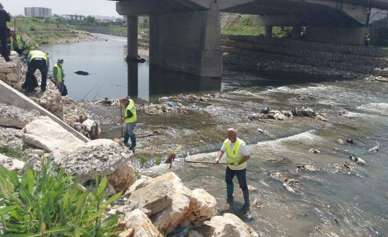 FOTOT/ Nis pastrimi i mbetjeve të hedhura në lumin e Tiranës