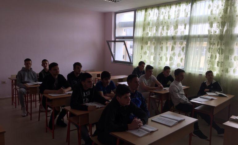 FOTOT/ 'Fake News' i Voltana Ademit, tha se është pezulluar mësimi nga vizita e Ramës, por në fakt nxënësit…