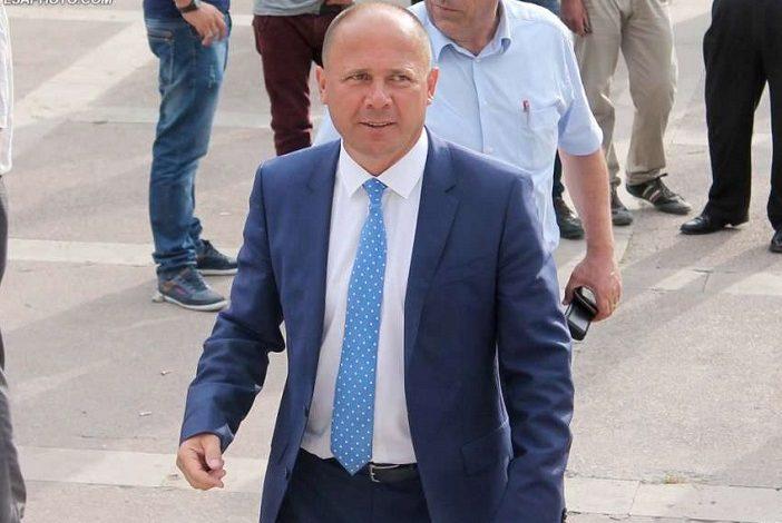 """KUR TË """"NGEL ORA"""" TEK BASHKIA/ Xhelal Mziu njofton ndjekësit për investimet e reja në Kamëz (?!)"""