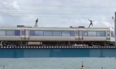 VIDEO/ Pamje të frikshme, i riu hidhet nga treni në lëvizje në det