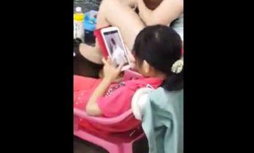 E tmerrshme, vogëlushja shikon porno në prani të nënës (Video)