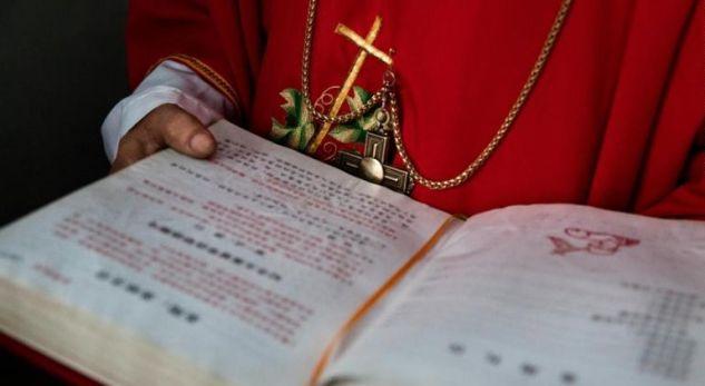 Kina largon Biblën nga shitja në internet