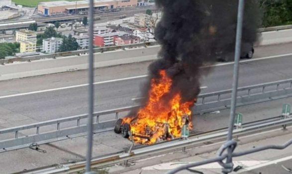 Makina shpërtheu në flakë në autostradë/ Kush ishte biznesmeni i njohur që u dogj brenda saj