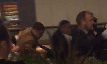 VIDEO e frikshme/ Grushte, shkelma kokës: Burrat me kostum e kollare, përfshihen në një sherr masiv