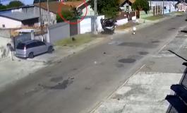 VIDEO/ Aksidenti i frikshëm: Shoferi fluturon disa metra në ajër, përfundon në… çatinë e një shtëpie