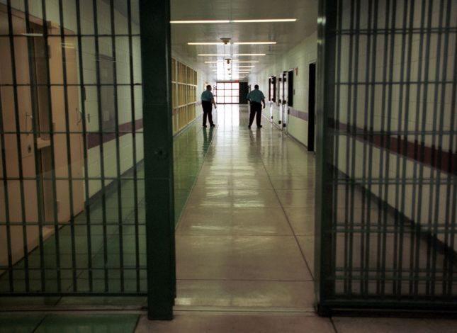 NUK HEQ DORE AS NE QELINE E BURGUT/ Policia i gjen drogë të burgosurit në Peqin