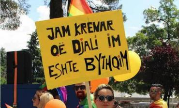 """TEK PARADA LGBT/ """"Shpërthen"""" nëna: Jam KRENAR që djali im është... (FOTOT)"""