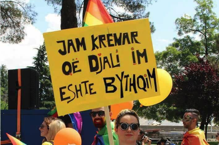 """TEK PARADA LGBT/ """"Shpërthen"""" nëna: Jam KRENAR që djali im është… (FOTOT)"""