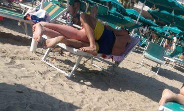 NDODH NË DURRËS/ Çifti jep SHFAQJE në plazh: Vetëm AKTIN nuk... (FOTO)