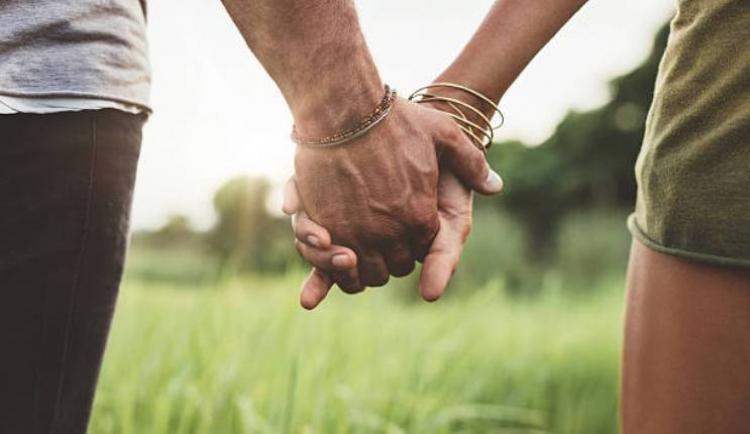 Mënyra se si rrini kapur për dore me partnerin! Ja se cilat janë sekretet që me siguri nuk i dinit...