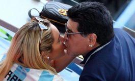 Maradona në stadium me të dashurën 27-vjeçare, edhe pse mjekët… (FOTO)