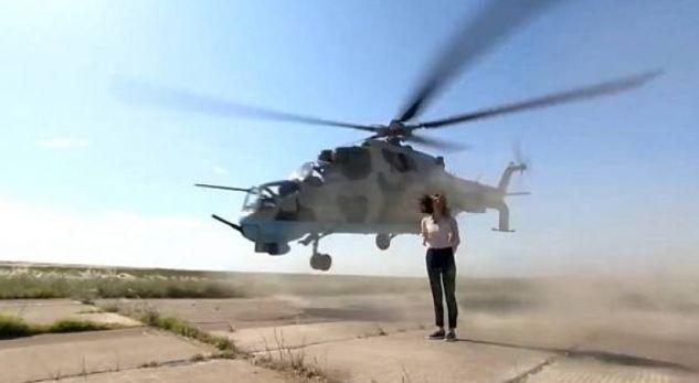 Gazetarja po raportonte live, pak centimetra mbi kokën e saj fluturoi helikopteri ushtarak
