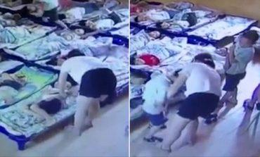VIDEOJA LEMERITËSE/ Si i dhunojnë dy edukatoret fizikisht fëmijët në kopësht. Arsyeja...