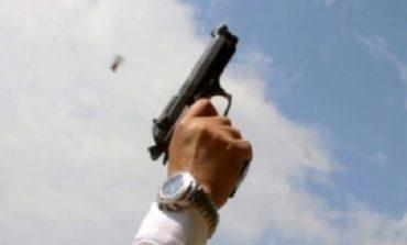 """PANIK NË DURRËS/ """"Çmendet"""" 27 vjeçari dhe QËLLON me armë në mes të qytetit. Ia mbath me """"BMW"""" pas..."""