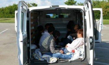 FLUKSI I REFUGJATEVE/ Ndalohen 8 klandestinë nga Siria dhe Palestina në Kapshticë, ishin duke...